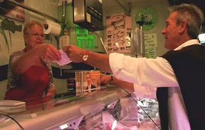 PxC denuncia més de 600 comerços immigrants que incomplien l'horari comercial a Nadal. Català, el millor regal, el producte de casa!